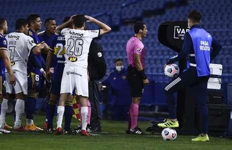 O periódico argentino  questionou a pressão que Nacho teria feito ao  árbitro Andres Rojas durante a revisão do gol de Diego González-(Divulgação/Conmebol)