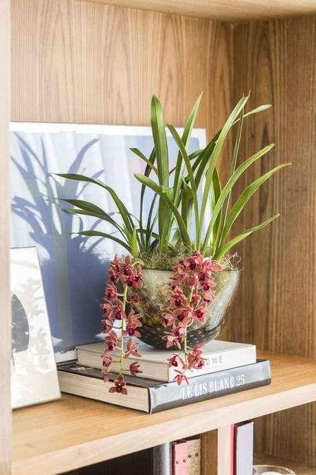 5. Vaso de flores é um lindo enfeite para estante – Foto Vamos Receber