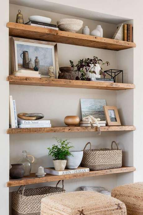 2. Decoração para sala com enfeites para estante de madeira – Foto Casa Tres Chic