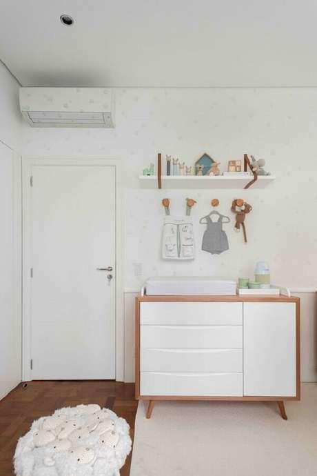 51. Cômoda com trocador de madeira e gavetas brancas para decoração de quarto de bebê – Foto: Duas Arquitetura