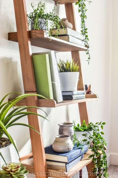 56. Plantas e livros na estante escada – Foto Jessica Welling Interios