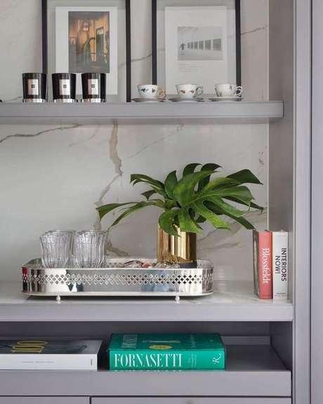 16. Enfeites para estante cinza com bandeja prata – Foto Pinteret