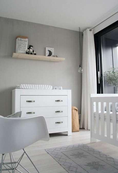 47. Quarto cinza decorado com cômoda de bebê com trocador branca – Foto: Deco & Home