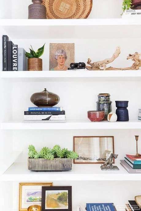 70. Decoração com enfeites para estante de gesso moderna – Foto Amber Interior Design