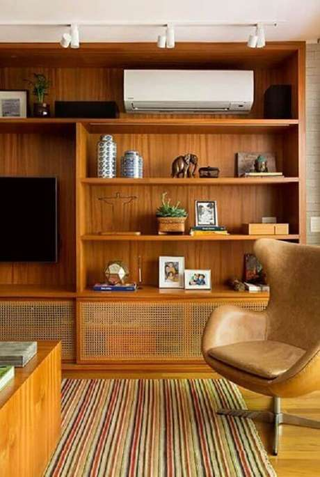 64. Sala de estar rustica com enfeites para estante – Foto Casa Tres Chic