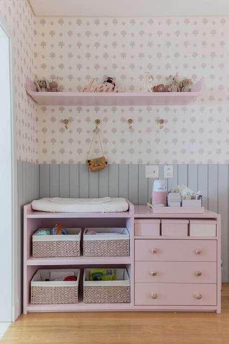 29. Cômoda infantil com trocador para decoração de quarto de bebê feminino rosa e cinza – Foto: Vobibr