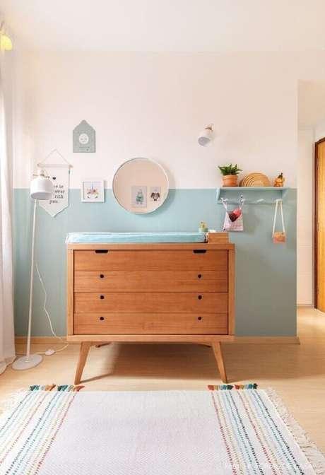 54. Cômoda com trocador retrô de madeira para decoração de quarto de bebê com meia parede pintada – Foto: Histórias de Casa