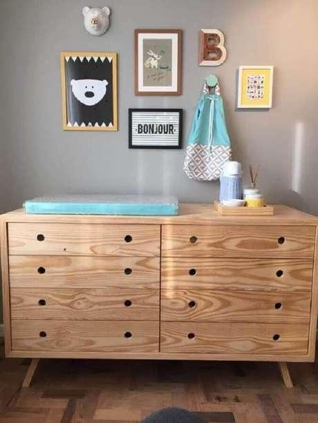 41. Decoração de quarto de bebê com cômoda com trocador retrô de madeira – Foto: Project Nursery