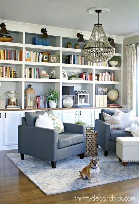 31. Enfeites para estante na sala de estar – Foto The Weathered Fox