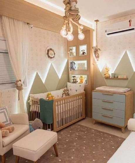 42. Decoração de quarto de bebê planejado com cômoda com trocador retrô de madeira – Foto: Pinterest