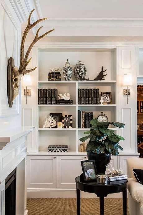 19. Enfeites para estante com livros e vasos preto e branco – Foto Pinterest