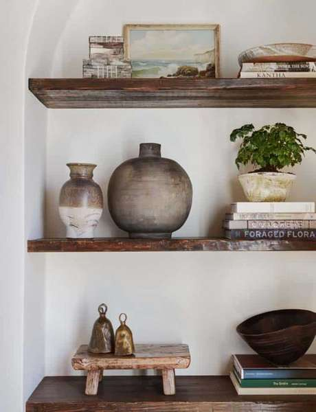 27. Enfeites para estante de madeira na sala de estar rústica – Foto One Kind Desing