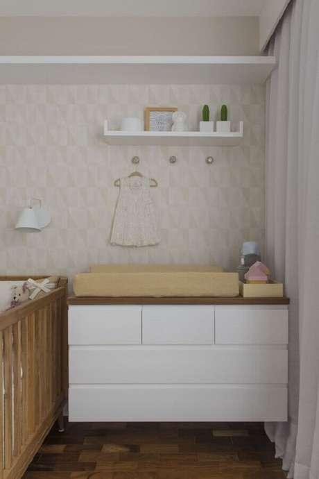 55. Cômoda com trocador suspensa para decoração de quarto de bebê em cores neutras – Foto: Now Arquitetura