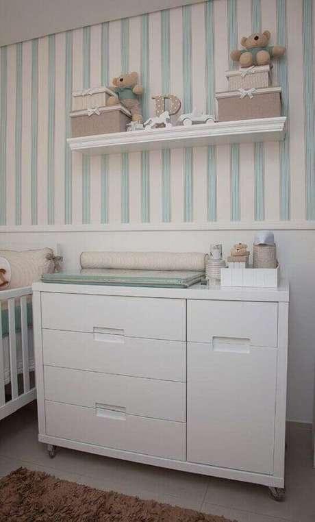 45. Cômoda com trocador branca para decoração de quarto de bebê com papel de parede listrado – Foto: Pinterest