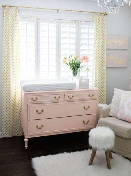 34. Decoração clean para quarto de bebê com cômoda com trocador rosa claro – Foto: Project Nursery