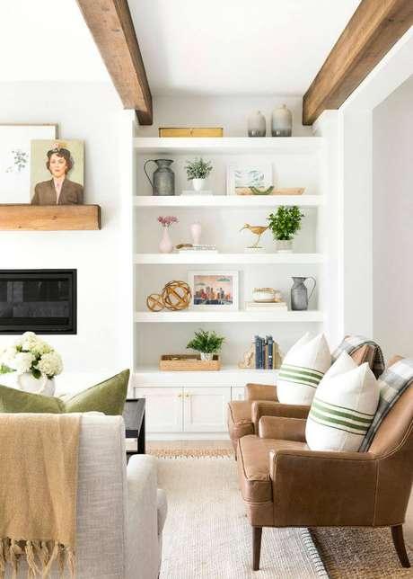 24. Enfeites para estante de gesso na sala de estar aconchegante – Foto Scout And Nimble
