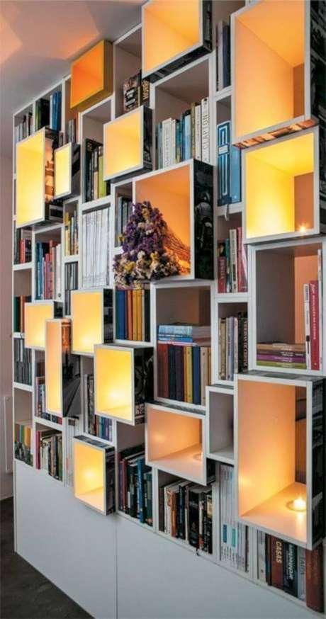 44. Estante de livros com velas e flores na decoração – Foto Pinterest