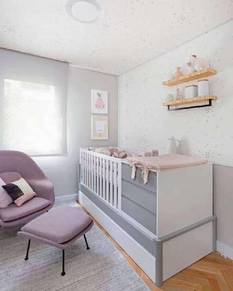 13. Berço com cômoda e trocador para quarto de bebê decorado em cores claras e poltrona moderna – Foto: Pinterest