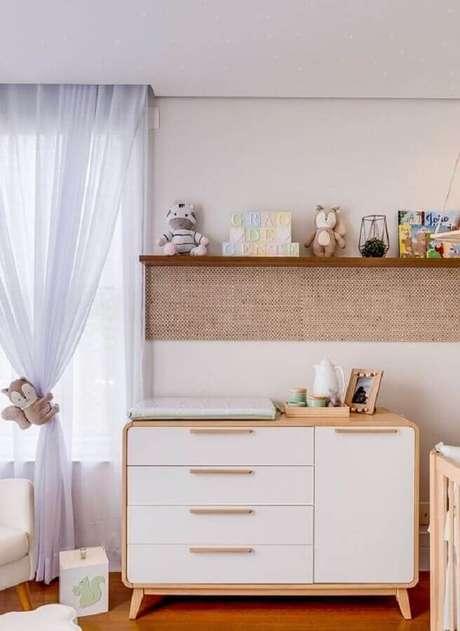 22. Decoração de quarto de bebê com cômoda com trocador retrô branca com madeira – Foto: Grão de Gente