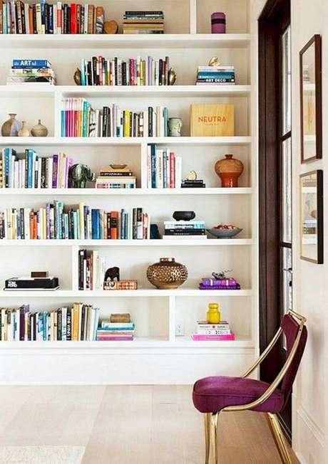 25. Enfeites para estante de livros na sala de estar – Foto Pinterest