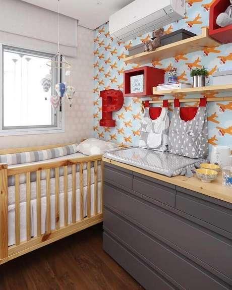 15. Papel de parede com estampa de aviões para decoração de quarto com cômoda para bebê com trocador cinza – Foto: Home Fashion Trend