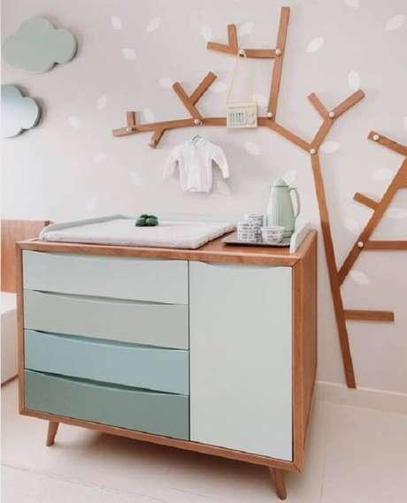 17. Cômoda com trocador e gavetas coloridas para decoração de quarto de bebê moderno – Foto: LZ Mini
