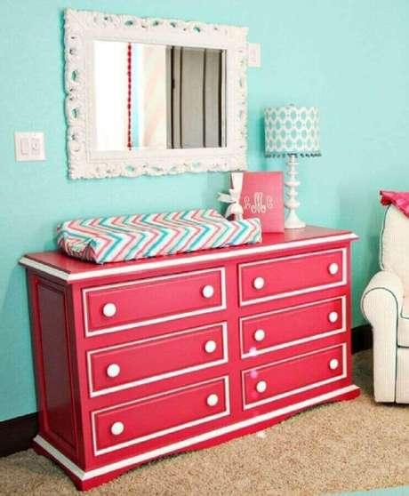 58. Quarto de bebê simples decorado com cômoda infantil com trocador rosa – Foto: Pinterest