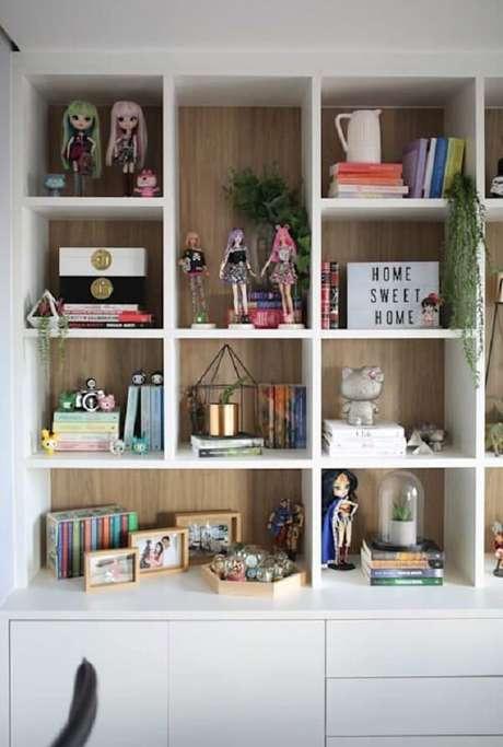 40. Estante com enfeites de bonecas e livros – Foto Homify