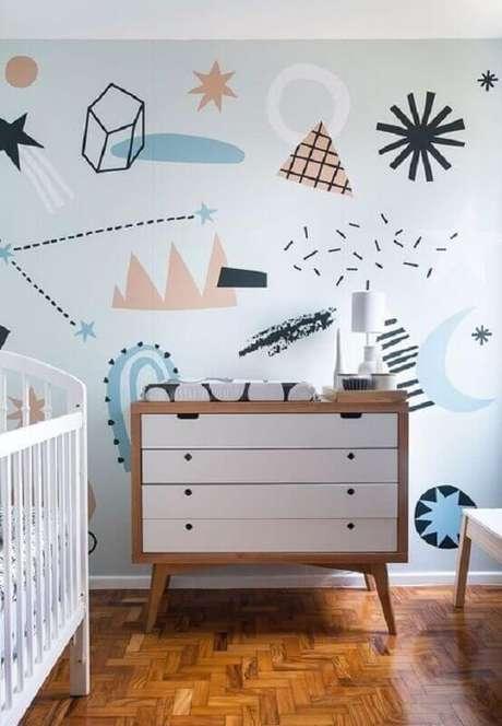 59. Decoração de quarto de bebê com adesivos de parede e cômoda com trocador retrô – Foto: Histórias de Casa