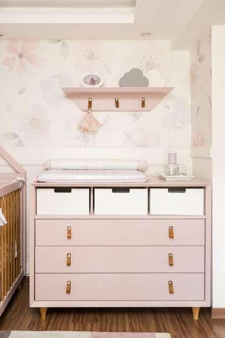 2. Cômoda com trocador para decoração de quarto de bebê rosa claro – Foto: Lilibee