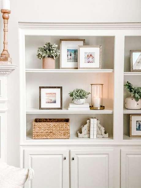 11. Quadros e flores são lindos para usar como enfeites para estante – Foto Jenny Reimold