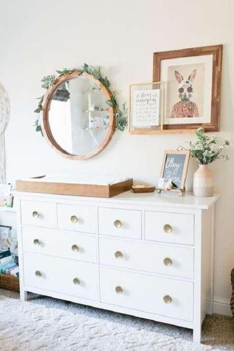 35. Decoração clean para quarto de bebê com espelho redondo e cômoda com trocador branca – Foto: Home Fashion Trend
