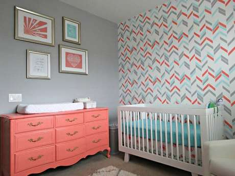 23. A cômoda com trocador vintage rosa se destaca na decoração do quarto de bebê cinza – Foto: Decoratorist