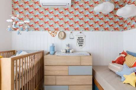 4. Quarto de bebê pequeno decorado com cômoda com trocador de madeira – Foto: NaToca Design