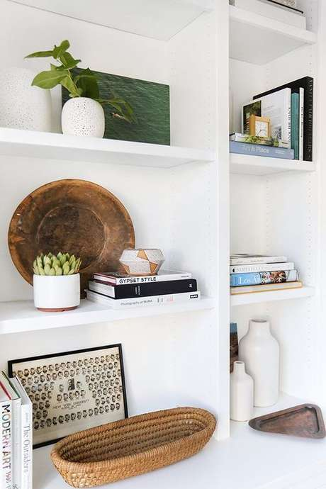 30. Enfeites para estante delicada e charmosa – Foto Ehow