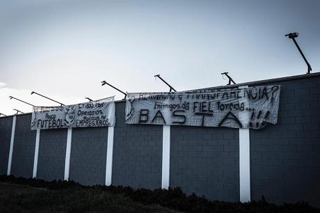 Faixas de protesto colocadas por torcedores no muro do CT Joaquim Grava