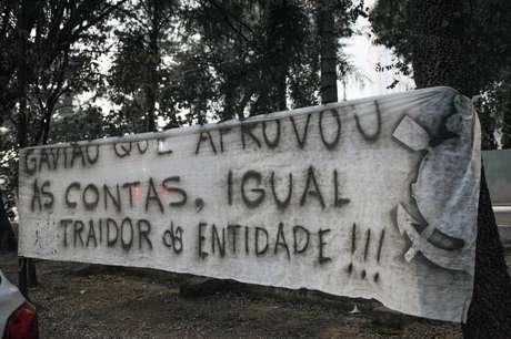 Faixa de protesto contra contas reprovadas no Corinthians em balanço do clube