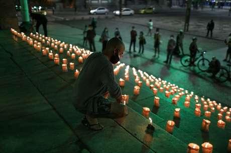 Pessoas acendem velas no Rio de Janeiro em homenagem aos mortos pela Covid-19 21/06/2021 REUTERS/Pilar Olivares