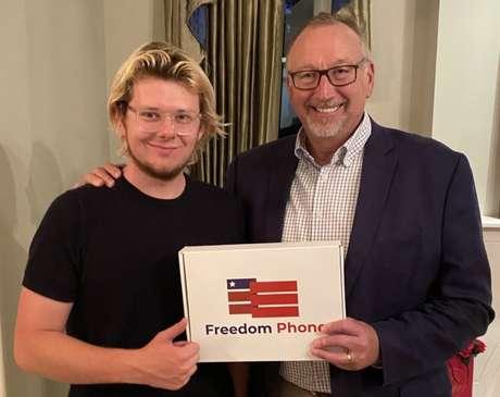 Erik Finman e Saul Anuzis com o Freedom Phone