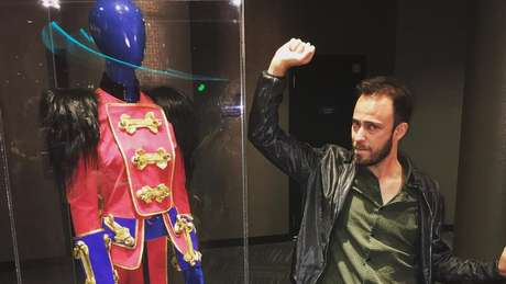 Alan Mangabeira, fã de Britney desde os 11 anos e autor de doutorado sobre seu fandom, com os figurinos da cantora na exposição do show Piece of Me, em Las Vegas