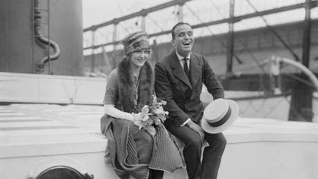 Retratados aqui em sua lua de mel, o casal da era do cinema mudo, Mary Pickford e Douglas Fairbanks, era seguido pela imprensa em todos os lugares