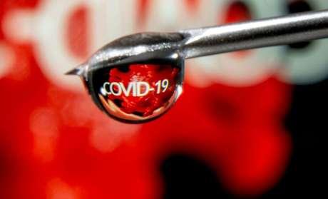 Palavra Covid-19 refletida numa gota em uma seringa 09/11/2020 REUTERS/Dado Ruvic/Illustration
