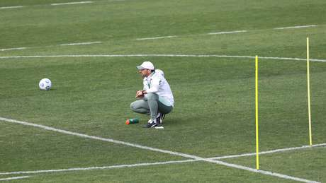 Abel Ferreira observa o treinamento do Palmeiras desta sexta-feira na Academia de Futebol