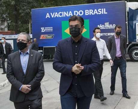 O vice-governador de São Paulo, Rodrigo Garcia, e o secretário estadual de Saúde de São Paulo, Jean Gorinchteyn, comparecem ao Instituto Butantan