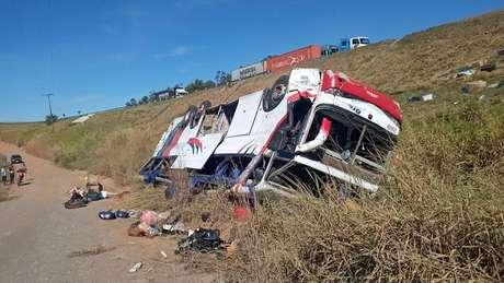 Ônibus cai em ribanceira e deixa pelo menos 3 mortos em Rio Claro