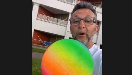 Neto segura bola na cor do arco-íris enquanto fala sobre processo (Foto: Reprodução)
