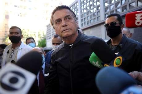 Jair Bolsonaro fala com jornalistas ao deixar o hospital Vila Nova Star, onde foi tratado ao ter uma obstrução intestinal, em São Paulo