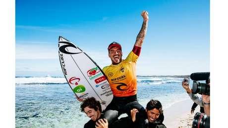 Gabriel Medina comemora triunfo de sua carreira com a prancha repleta de patrocinadores (Foto: Matt Dunbar / World Surf League)
