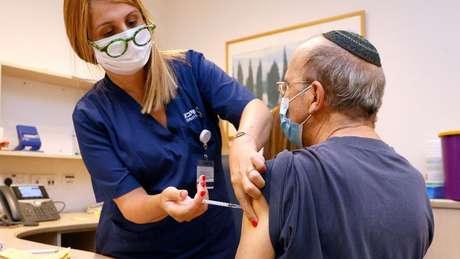 Israel já está administrando terceira dose em pacientes mais vulneráveis