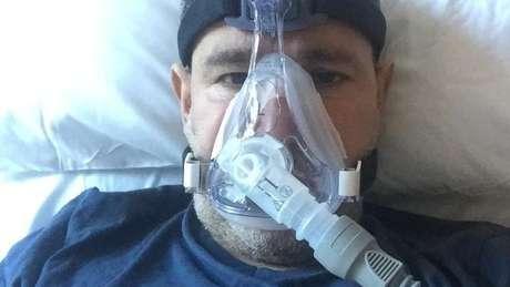 Abderrahmane Fadil, que tinha escolhido não tomar vacina, deixou o hospital há quase um mês, mas ainda não está bem